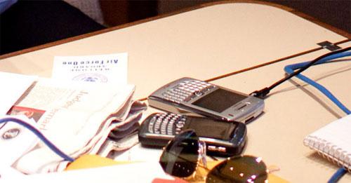 2 chiếc điện thoại Blackberry của Tổng thống Obama. Ảnh: Pete Souza.