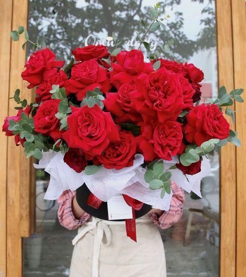 Cửa hiệu bán hoa, chocolate mở cửa xuyên Tết phục vụ Valentine - Ảnh 1.