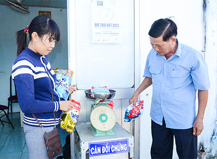 Cân kiểm tra trọng lượng các sản phẩm hàng hóa tại cân đối chứng đặt tại Văn phòng Ban quản lý chợ Phước Nguyên (TP. Bà Rịa).