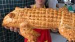 """Bánh mì cá sấu khổng lồ gây """"bão"""" mạng"""