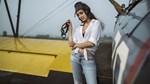 Nữ phi công cá tính bên chiếc máy bay Biplane