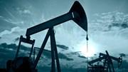 Giá dầu giảm, chịu áp lực từ USD