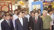 Thủ tướng thăm gian hàng triển lãm thành tựu kinnh tế của Bộ Công Thương