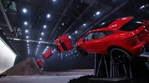 SUV nhỏ xinh Jaguar E-Pace lập kỷ lục thế giới với pha lộn vòng 270 độ