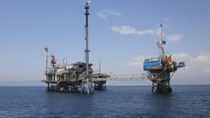 TT năng lượng TG ngày 27/4: Dầu giảm do dự trữ dầu thô gần cao kỷ lục
