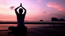 Bản tin tài chính kinh doanh sáng 25/8: Môi giới tại phố Wall khuyên NĐT tập yoga