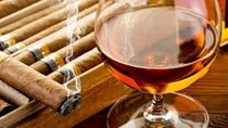 Thắt chặt việc thu thuế đối với hàng xách tay rượu và xì gà