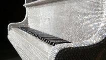 Cận cảnh cây đàn Piano khảm pha lê xa xỉ, có giá bằng cả căn biệt thự cao cấp