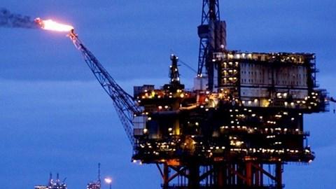 Giá dầu tăng hơn 2% nhưng là tuần đầu tiên giảm trong 6 tuần