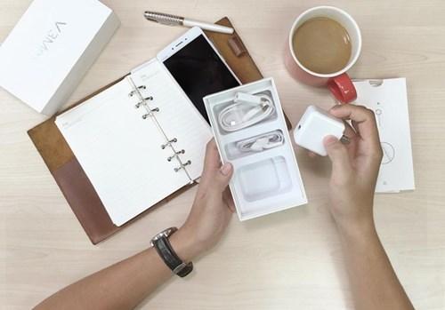 Phụ kiện màu trắng, được sắp xếp rất gọn gàng và đẹp mắt trong hộp.