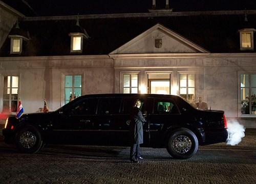 Bình nhiên liệu: Giống như thân xe, bình nhiên liệu của chiếc limo cũng được bọc thép chống đạn. Và giống như xe đua, chiếc xe của tổng thống được đổ một chất bọt đặc biệt có tác dụng chống nổ ngay cả khi xe bị đâm trực tiếp.