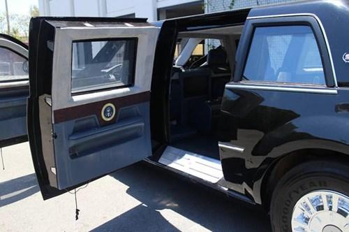 Cửa ra vào: Cửa xe được bọc thép chống đạn, dày 20cm - dày hơn cửa xe của Tổng thống Bush khoảng 7,5 cm. Cánh cửa xe limousine của Tổng thống Obama nặng ngang cửa máy bay Boeing 757. Để tăng tối đa khả năng chống đạn, thép làm cửa được hàn chồng mép lên nhau, để đạn không thể lọt vào khoảng trống giữa cửa và thân xe.