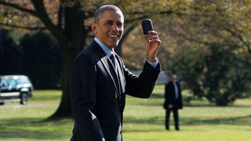 Ông Obama khoe chiếc Blackberry với phóng viên.