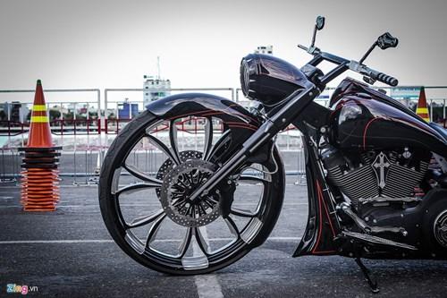 Xe Harley-Davidson Street Glide do banh lon cua Duc Tao Pho hinh anh 4