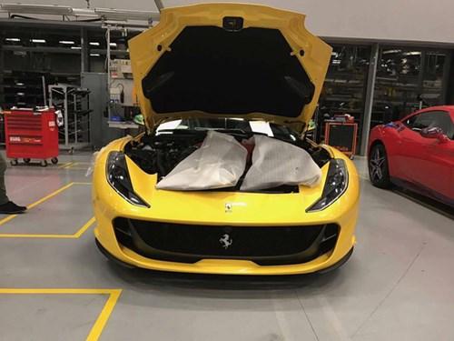 Lộ ảnh bằng xương, bằng thịt của siêu xe Ferrari 812 Superfast - Ảnh 1.