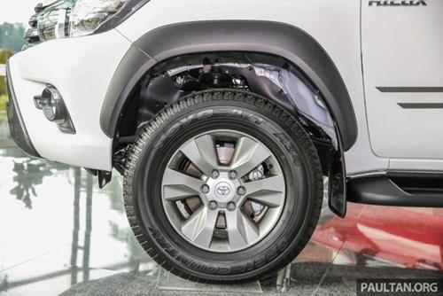 Cận cảnh Toyota Hilux bản đặc biệt mới tại Malaysia - Ảnh 9.