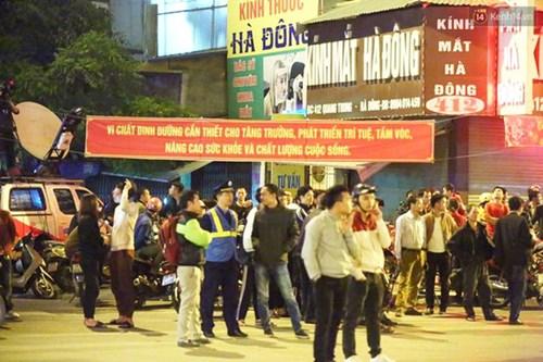 Người dân Thủ đô đội mưa xem lắp tàu Cát Linh - Hà Đông lên ray đường sắt trên cao - Ảnh 2.