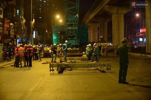 Người dân Thủ đô đội mưa xem lắp tàu Cát Linh - Hà Đông lên ray đường sắt trên cao - Ảnh 12.