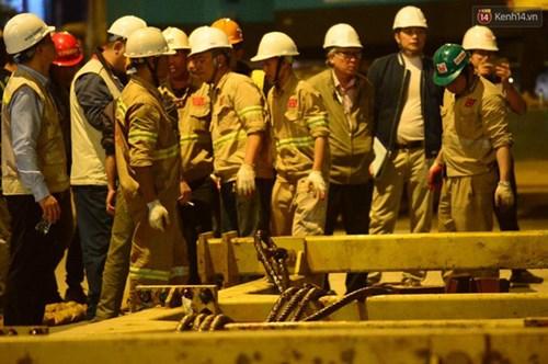 Người dân Thủ đô đội mưa xem lắp tàu Cát Linh - Hà Đông lên ray đường sắt trên cao - Ảnh 15.