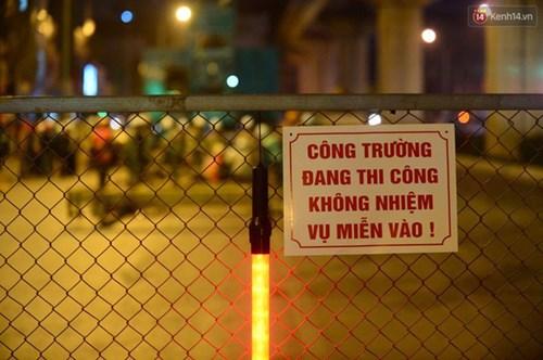 Người dân Thủ đô đội mưa xem lắp tàu Cát Linh - Hà Đông lên ray đường sắt trên cao - Ảnh 16.