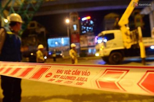Người dân Thủ đô đội mưa xem lắp tàu Cát Linh - Hà Đông lên ray đường sắt trên cao - Ảnh 17.