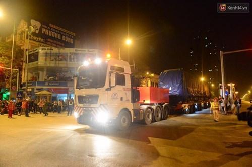 Người dân Thủ đô đội mưa xem lắp tàu Cát Linh - Hà Đông lên ray đường sắt trên cao - Ảnh 19.