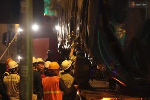 Người dân Thủ đô đội mưa xem lắp tàu Cát Linh - Hà Đông lên ray đường sắt trên cao - Ảnh 21.