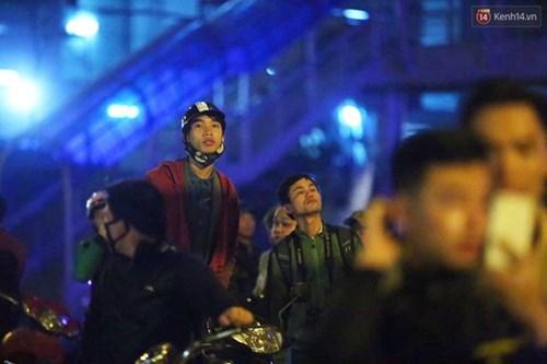 Người dân Thủ đô đội mưa xem lắp tàu Cát Linh - Hà Đông lên ray đường sắt trên cao - Ảnh 4.