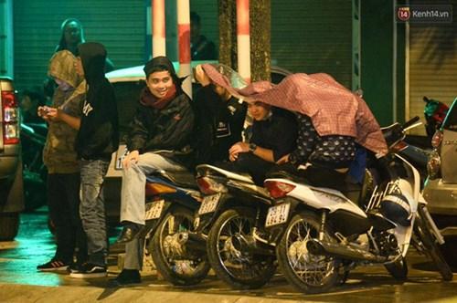 Người dân Thủ đô đội mưa xem lắp tàu Cát Linh - Hà Đông lên ray đường sắt trên cao - Ảnh 24.