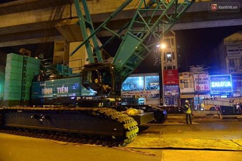 Người dân Thủ đô đội mưa xem lắp tàu Cát Linh - Hà Đông lên ray đường sắt trên cao - Ảnh 7.