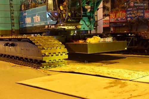 Người dân Thủ đô đội mưa xem lắp tàu Cát Linh - Hà Đông lên ray đường sắt trên cao - Ảnh 8.