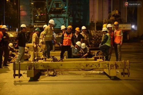 Người dân Thủ đô đội mưa xem lắp tàu Cát Linh - Hà Đông lên ray đường sắt trên cao - Ảnh 10.
