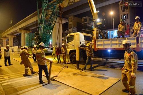 Người dân Thủ đô đội mưa xem lắp tàu Cát Linh - Hà Đông lên ray đường sắt trên cao - Ảnh 11.