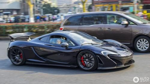 Thể hiện với bạn gái, thiếu gia hạ gầm McLaren P1 xuống 66 mm và chạy trong phố - Ảnh 1.
