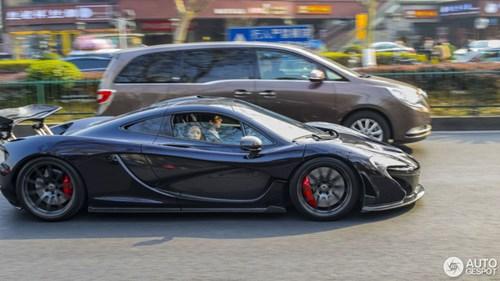 Thể hiện với bạn gái, thiếu gia hạ gầm McLaren P1 xuống 66 mm và chạy trong phố - Ảnh 7.