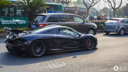Thể hiện với bạn gái, thiếu gia hạ gầm McLaren P1 xuống 66 mm và chạy trong phố - Ảnh 6.