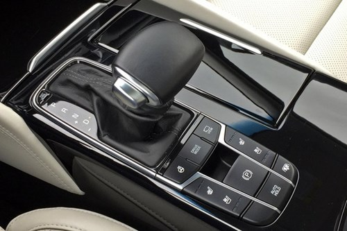 Topspeed so sánh nội thất 2017 Kia Cadenza với Mercedes-Benz E-Class - Ảnh 4.