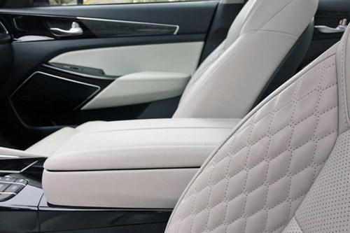 Topspeed so sánh nội thất 2017 Kia Cadenza với Mercedes-Benz E-Class - Ảnh 3.