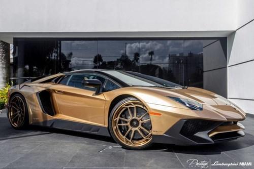 Vẻ đẹp siêu xe hàng hiếm Lamborghini Aventador SV Roadster màu vàng đồng - Ảnh 2.