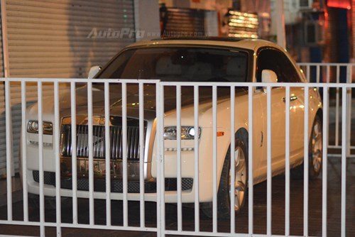 Choáng với cách bảo vệ xe siêu sang Rolls-Royce Ghost tại Campuchia - Ảnh 2.