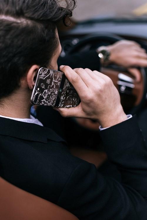 Bộ sưu tập điện thoại chất nghệ cho quý ông đi xe sang - Ảnh 5.