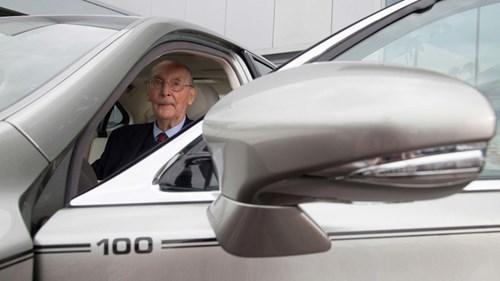 Chiếc Lexus LS hàng thửa mừng đại thọ 100 tuổi của khách hàng trung thành - Ảnh 1.