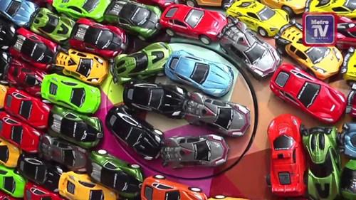 Doanh nhân gây sốt trên mạng vì phủ kín chiếc xe Jaguar của mình bằng ô tô mô hình - Ảnh 4.