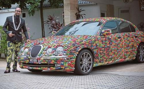 Doanh nhân gây sốt trên mạng vì phủ kín chiếc xe Jaguar của mình bằng ô tô mô hình - Ảnh 2.