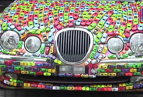 Doanh nhân gây sốt trên mạng vì phủ kín chiếc xe Jaguar của mình bằng ô tô mô hình - Ảnh 3.