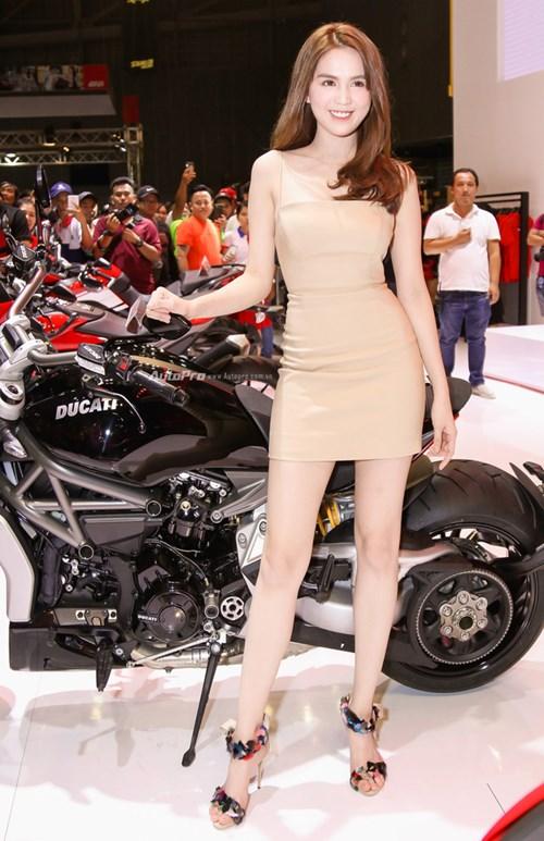 Nữ hoàng nội y Ngọc Trinh đến gian hàng của Ducati chọn xe - Ảnh 1.