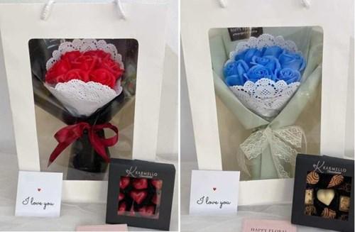 Cửa hiệu bán hoa, chocolate mở cửa xuyên Tết phục vụ Valentine - Ảnh 2.