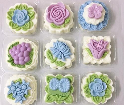 Những chiếc bánh trung thu mềm như bánh thạch với các họa tiết nổi 3D trông rất hấp dẫn.