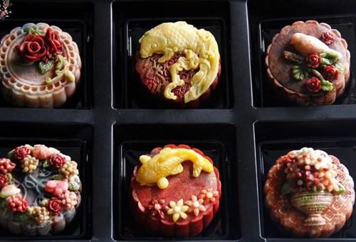 Thị trường bánh trung thu năm nay còn có những mẫu bánh được trang trí hình nổi 3D.