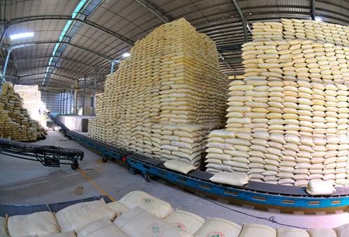 Số lượng gạo nếp đã mở tờ khai hải quan xuất khẩu trong tháng 4, kể cả số lượng đã thực xuất, được cộng trở lại số lượng gạo được phép xuất khẩu trong tháng 4.
